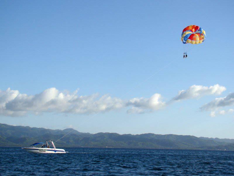 Полет на парашюте над морем