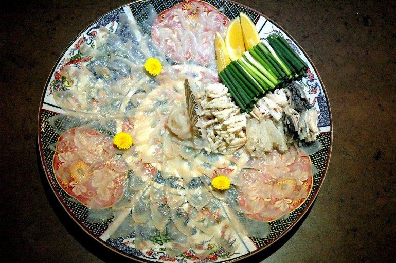 Рыба фугу. Блюдо из сырой рыбы